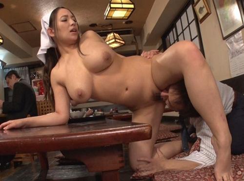 全裸食堂で爆乳女将の豊満女体をたらふく堪能するfc2アダルト裏ビデオ動画